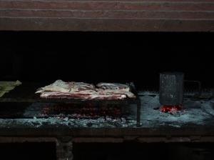 Unmengen von Fleisch grillieren