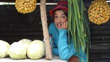 Die 10-jährige Nereida verkauft Gemüse am Strassenrand