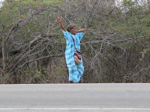 Eine Guajiro-Señora wartet am Strassenrand auf ein Transportmittel