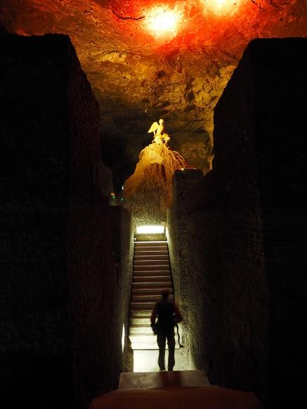 Eine Treppe des Narthex Labyrinthes, oben eine Engelskulptur