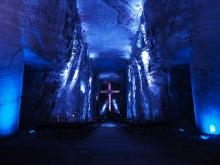 Das Hauptschiff, vorne das Kreuz und zwei der vier gigantischen Salzsäulen