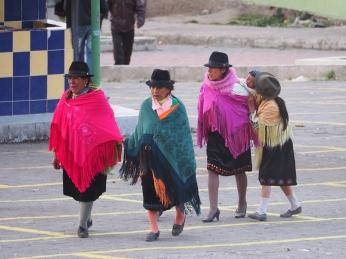 Indigena Frauen mit ihren farbigen Ponchos