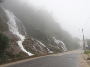 Ab Zamora tosen diverse Wasserfälle gleich neben der Strasse runter