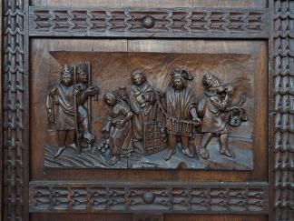Detail einer Holzschnitzerei an einer Türe