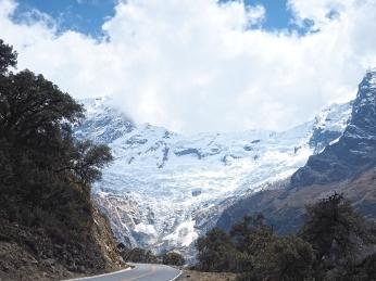 Der Gletscher des Contrahierbas scheint auf die Strasse zu fliessen