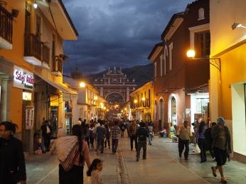 Die Calle 28 de Julio und der Triumphbogen bei Nacht