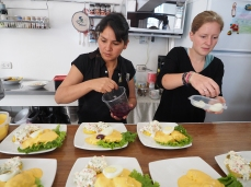 Alicia und Shari geben den Papa a la Huancaina den letzten Schliff
