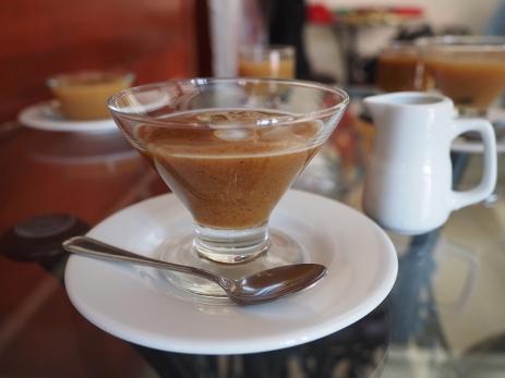 Mazamorra de Llipta, einer Maisart, wird mit etwas Milch verspiesen