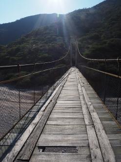Die etwas baufällige Brücke über den Rio Pampas