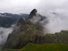 Machu Picchu mit den steilen Terrassen an den Berghängen