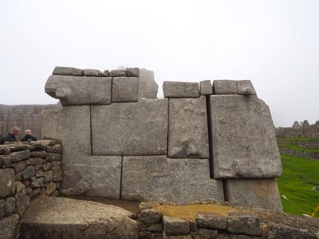 Mauern aus riesigen Steinblöcken. Durch Erosion fallen sie leider langsam auseineder.