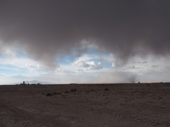 Der Sandsturm verzieht sich, der Regensturm naht.