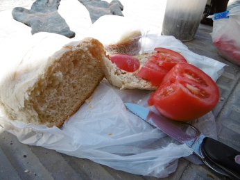 Fisches Brot, Tomate und nasse Socken