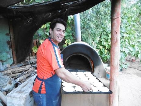 Hans beim Brot backen