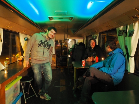 Tommy im abendlichen Bus