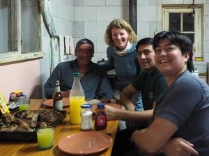 Asado mit Roberto und zwei weiteren Arbeitern der Vialidad in Tamel Aike