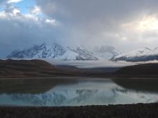 Minim erkennbar, die Torres del Paine, davor die Laguna Amarga