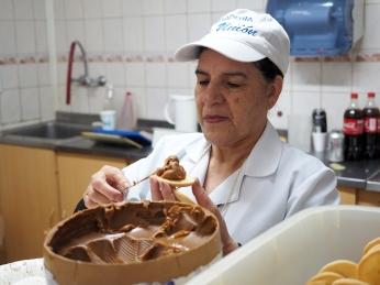 Alfajores werden von Hand mit Dulce de Leche bestrichen