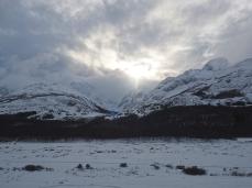 Der Weg führt durch das verschneite Tal