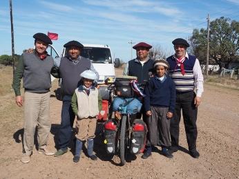 Eine Gruppe Gauchos auf ihrem Pilgerweg nach Mercedes, hier das Begleitfahrzeug