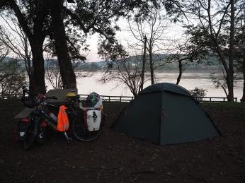 Zelten mit Blick auf den Rio Uruguay und Brasilien