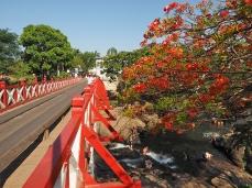 Die Brücke über den Rio Almas und das lokale Bad