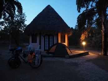 Zelten vor einem Chalet