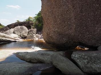 Auf dem Weg durch das Flussbett