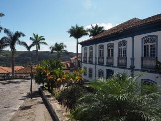 Koloniale Häuser und Palmen