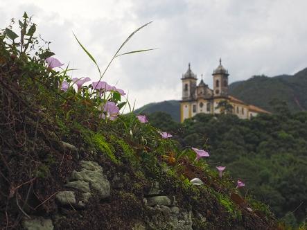 Blumiger Blick auf die Igreja São Francisco do Paula