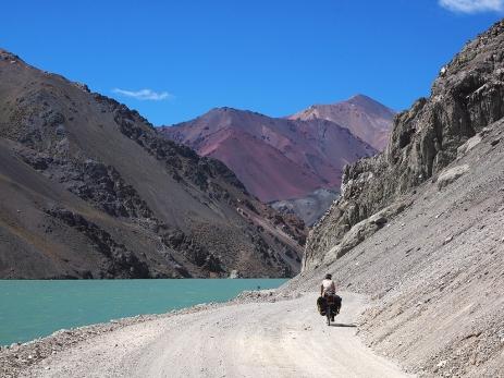 An der Lagune vorbei auf die farbigen Berge zu