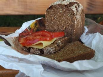 Mittagessen in Deutschland. Gutes Brot und Käse.